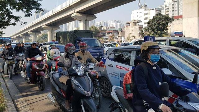 Chùm ảnh: Chôn chân trong giá rét trên đường Nguyễn Trãi do ùn tắc  - Ảnh 1.