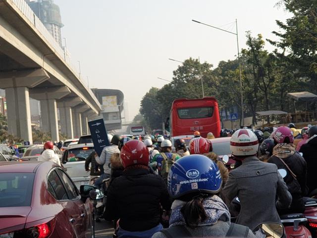 Chùm ảnh: Chôn chân trong giá rét trên đường Nguyễn Trãi do ùn tắc  - Ảnh 2.