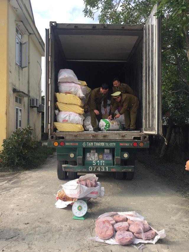 Bắt giữ xe container chở gần 12 tấn nội tạng động vật đang thối rũa tại Hà Tĩnh - Ảnh 1.