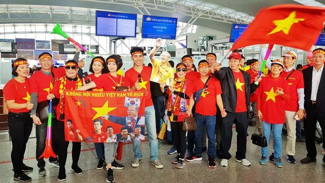 Hàng trăm cổ động viên nhuộm đỏ sân bay Nội Bài cổ vũ đội tuyển U22 Việt Nam - Ảnh 3.