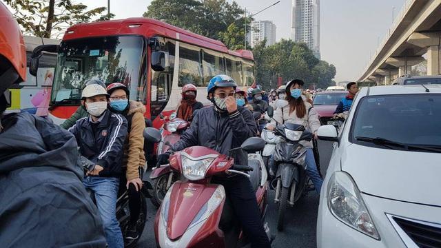 Chùm ảnh: Chôn chân trong giá rét trên đường Nguyễn Trãi do ùn tắc  - Ảnh 3.