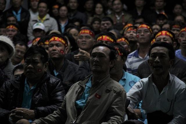 Chùm ảnh: Cổ vũ tuyển U22 từ tiền sảnh bệnh viện Đà Nẵng  - Ảnh 4.