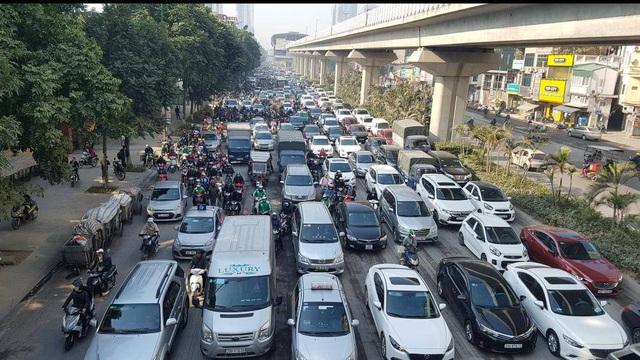 Chùm ảnh: Chôn chân trong giá rét trên đường Nguyễn Trãi do ùn tắc  - Ảnh 6.