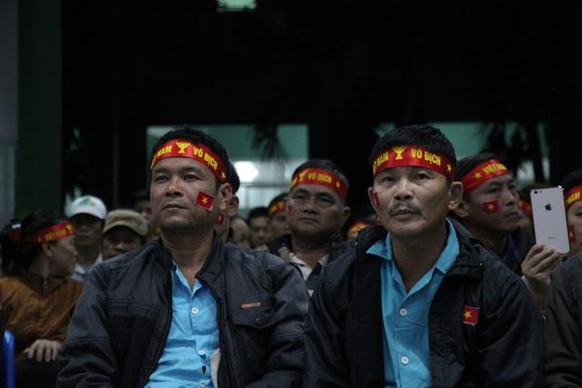 Chùm ảnh: Cổ vũ tuyển U22 từ tiền sảnh bệnh viện Đà Nẵng  - Ảnh 6.