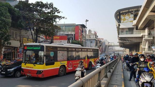 Chùm ảnh: Chôn chân trong giá rét trên đường Nguyễn Trãi do ùn tắc  - Ảnh 7.