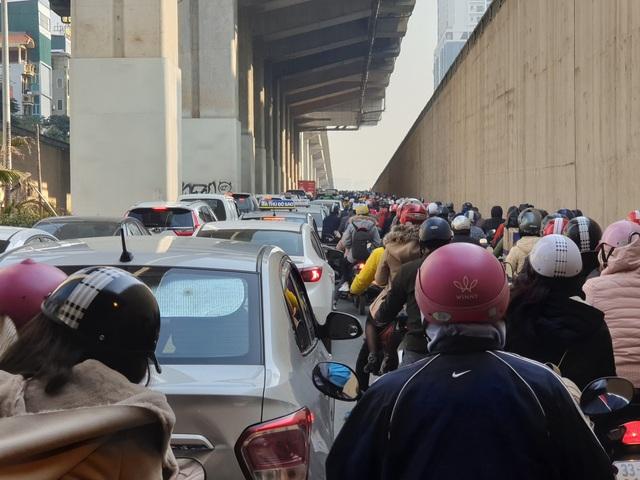 Chùm ảnh: Chôn chân trong giá rét trên đường Nguyễn Trãi do ùn tắc  - Ảnh 8.