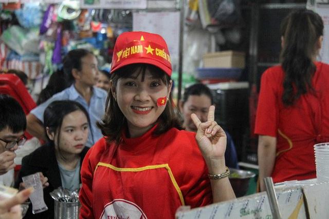 Chùm ảnh: Cổ vũ tuyển U22 từ tiền sảnh bệnh viện Đà Nẵng  - Ảnh 8.