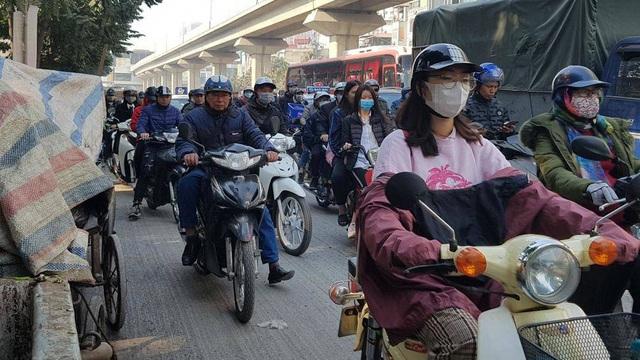 Chùm ảnh: Chôn chân trong giá rét trên đường Nguyễn Trãi do ùn tắc  - Ảnh 9.