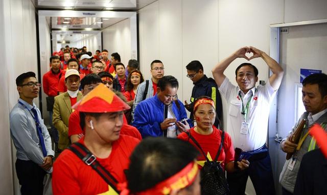 Cổ động viên Việt Nam vượt hàng ngàn km đến Manila - Philippines cổ vũ U22 Việt Nam - Ảnh 2.