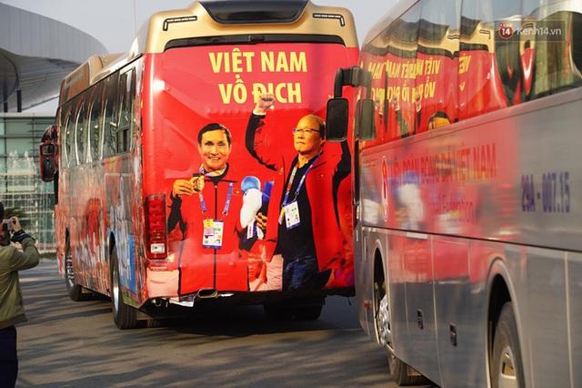 Sắc đỏ nhuộm kín sân bay Nội Bài: CĐV reo hò khí thế, ngóng trông từng phút Đoàn thể thao Việt Nam trở về từ SEA Games - Ảnh 6.