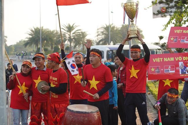 Sắc đỏ nhuộm kín sân bay Nội Bài: CĐV reo hò khí thế, ngóng trông từng phút Đoàn thể thao Việt Nam trở về từ SEA Games - Ảnh 3.