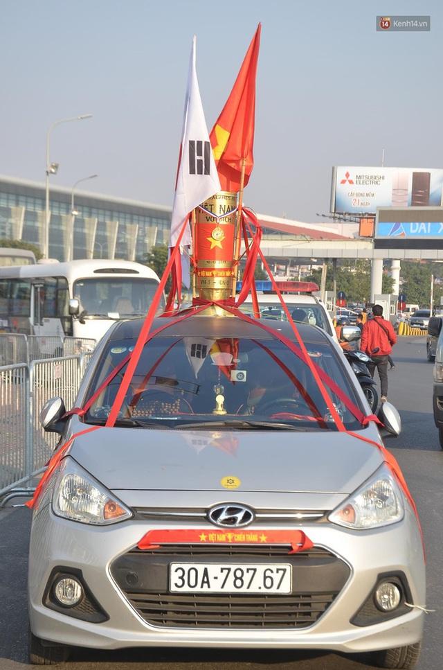 Sắc đỏ nhuộm kín sân bay Nội Bài: CĐV reo hò khí thế, ngóng trông từng phút Đoàn thể thao Việt Nam trở về từ SEA Games - Ảnh 7.