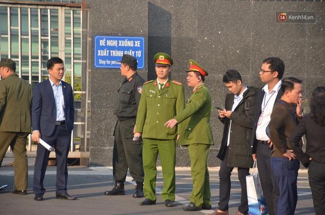 Sắc đỏ nhuộm kín sân bay Nội Bài: CĐV reo hò khí thế, ngóng trông từng phút Đoàn thể thao Việt Nam trở về từ SEA Games - Ảnh 9.