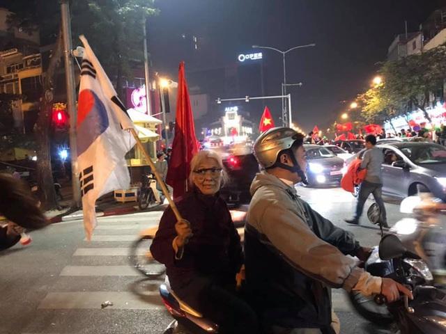 CĐV dùng xe tải chở trống khắp phố Hà Nội gõ mừng cúp vô địch của U22 Việt Nam - Ảnh 1.