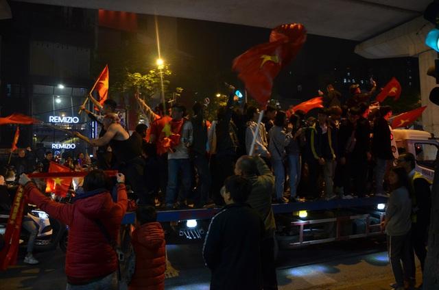 CĐV dùng xe tải chở trống khắp phố Hà Nội gõ mừng cúp vô địch của U22 Việt Nam - Ảnh 2.