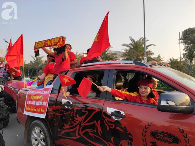 Mẹ Quang Hải cùng dàn xe máy cày diễu hành ra sân bay Nội Bài đón đội tuyển U22 Việt Nam trở về - Ảnh 2.