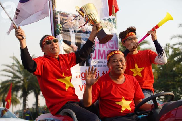 Mẹ Quang Hải cùng dàn xe máy cày diễu hành ra sân bay Nội Bài đón đội tuyển U22 Việt Nam trở về - Ảnh 12.