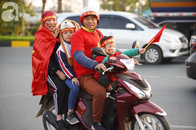 Mẹ Quang Hải cùng dàn xe máy cày diễu hành ra sân bay Nội Bài đón đội tuyển U22 Việt Nam trở về - Ảnh 13.