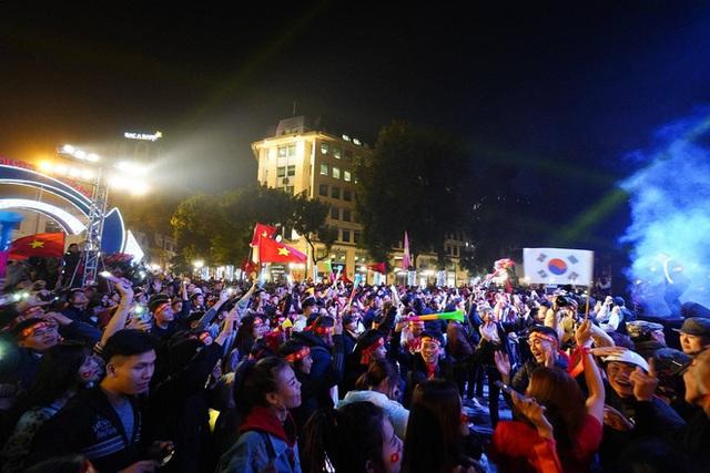 CĐV dùng xe tải chở trống khắp phố Hà Nội gõ mừng cúp vô địch của U22 Việt Nam - Ảnh 14.