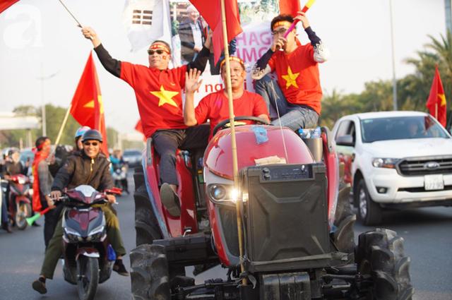 Mẹ Quang Hải cùng dàn xe máy cày diễu hành ra sân bay Nội Bài đón đội tuyển U22 Việt Nam trở về - Ảnh 14.