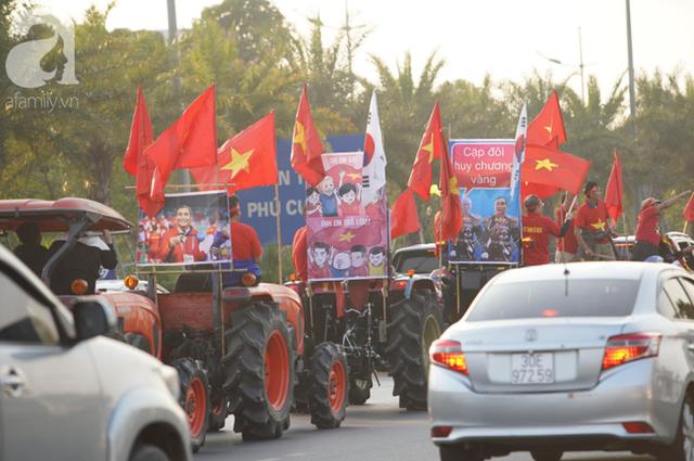Mẹ Quang Hải cùng dàn xe máy cày diễu hành ra sân bay Nội Bài đón đội tuyển U22 Việt Nam trở về - Ảnh 15.