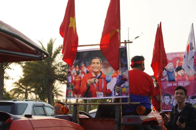 Mẹ Quang Hải cùng dàn xe máy cày diễu hành ra sân bay Nội Bài đón đội tuyển U22 Việt Nam trở về - Ảnh 16.