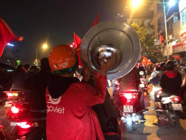 CĐV dùng xe tải chở trống khắp phố Hà Nội gõ mừng cúp vô địch của U22 Việt Nam - Ảnh 3.