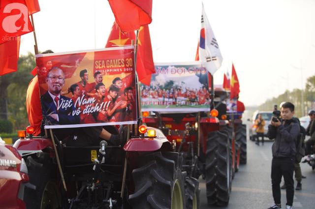 Mẹ Quang Hải cùng dàn xe máy cày diễu hành ra sân bay Nội Bài đón đội tuyển U22 Việt Nam trở về - Ảnh 4.