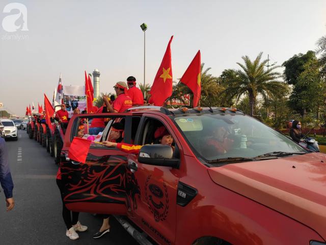 Mẹ Quang Hải cùng dàn xe máy cày diễu hành ra sân bay Nội Bài đón đội tuyển U22 Việt Nam trở về - Ảnh 5.