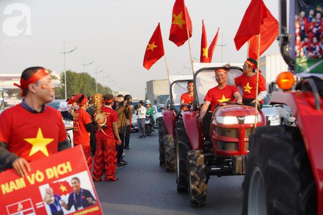 Mẹ Quang Hải cùng dàn xe máy cày diễu hành ra sân bay Nội Bài đón đội tuyển U22 Việt Nam trở về - Ảnh 6.