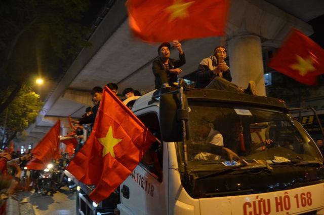 CĐV dùng xe tải chở trống khắp phố Hà Nội gõ mừng cúp vô địch của U22 Việt Nam - Ảnh 8.