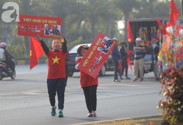 Mẹ Quang Hải cùng dàn xe máy cày diễu hành ra sân bay Nội Bài đón đội tuyển U22 Việt Nam trở về - Ảnh 8.