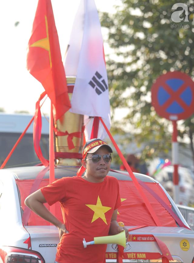 Mẹ Quang Hải cùng dàn xe máy cày diễu hành ra sân bay Nội Bài đón đội tuyển U22 Việt Nam trở về - Ảnh 9.