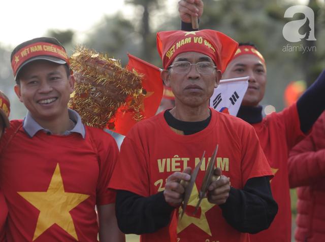 Mẹ Quang Hải cùng dàn xe máy cày diễu hành ra sân bay Nội Bài đón đội tuyển U22 Việt Nam trở về - Ảnh 10.