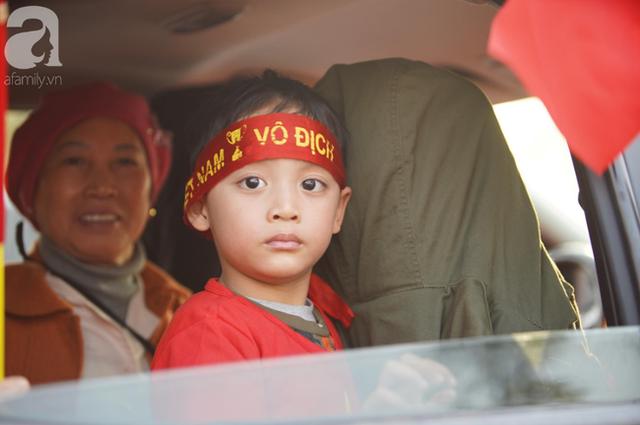 Mẹ Quang Hải cùng dàn xe máy cày diễu hành ra sân bay Nội Bài đón đội tuyển U22 Việt Nam trở về - Ảnh 11.
