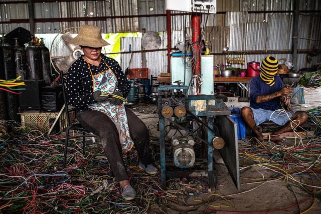 Trung Quốc ngừng nhập, Thái Lan ngập trong rác thải điện tử và đang phải trả giá đắt - Ảnh 1.