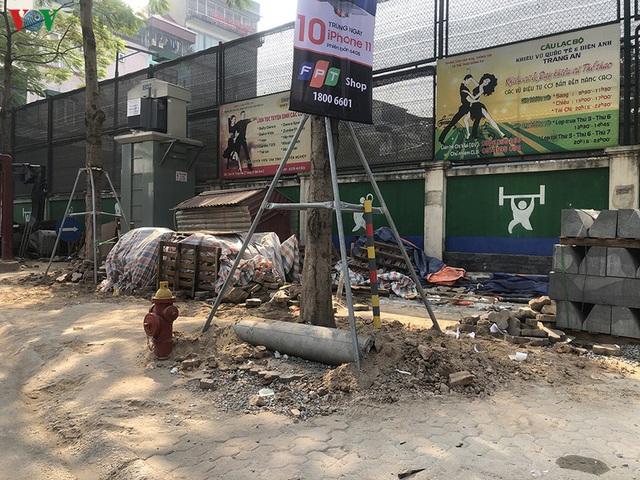Cuối năm, Hà Nội lại đào đường lát đá vỉa hè, phố phường bụi mù mịt  - Ảnh 1.