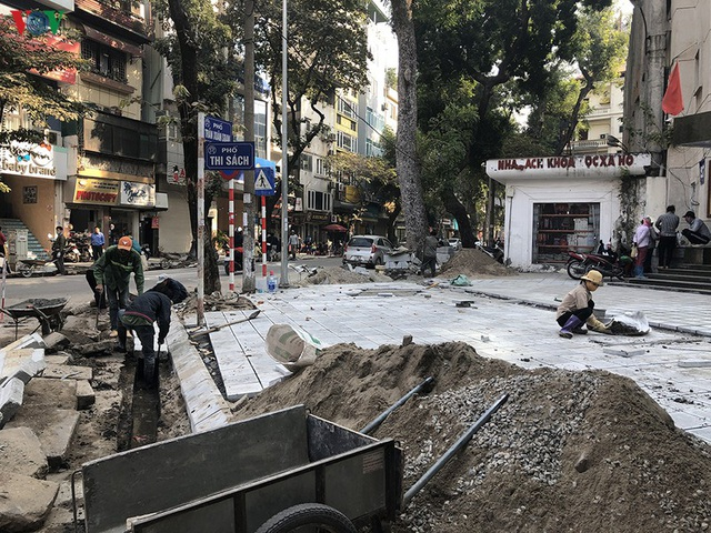 Cuối năm, Hà Nội lại đào đường lát đá vỉa hè, phố phường bụi mù mịt  - Ảnh 2.