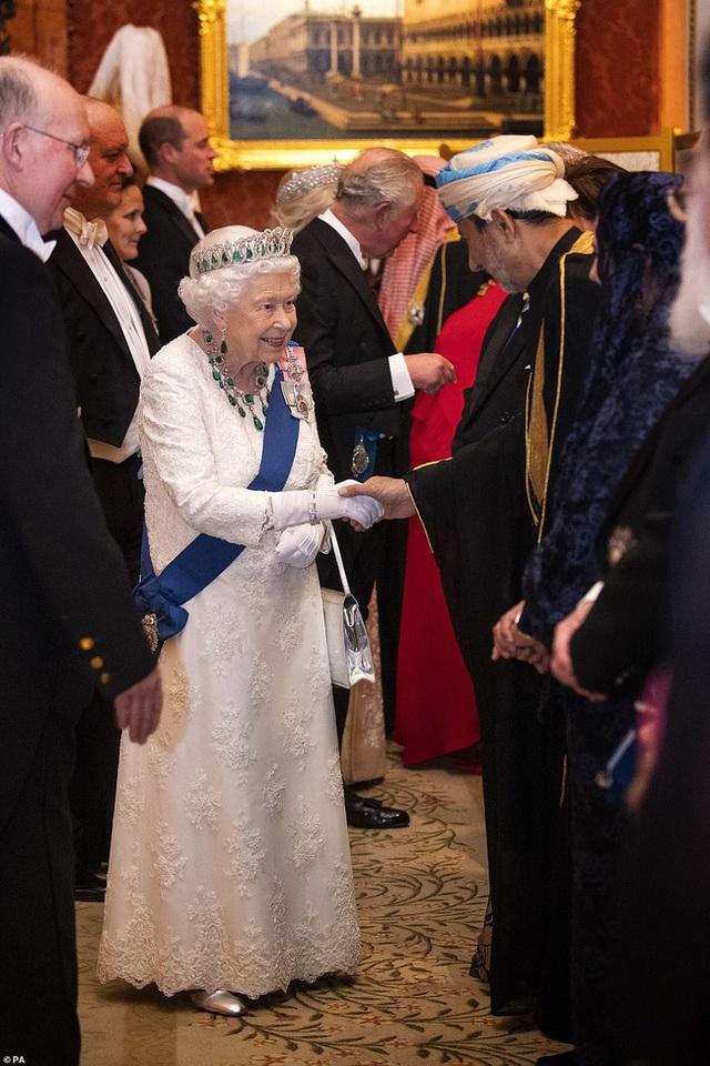 Công nương Kate chiếm hết spotlight trong bữa tiệc ngoại giao, tỏa sáng với vương miện của mẹ chồng quá cố, điều mà Meghan không có được - Ảnh 1.