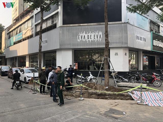 Cuối năm, Hà Nội lại đào đường lát đá vỉa hè, phố phường bụi mù mịt  - Ảnh 12.