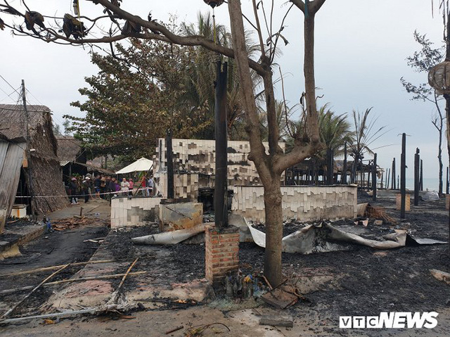 Ảnh: Dãy nhà hàng ven biển Hội An tan hoang sau 3 giờ chìm trong lửa - Ảnh 15.
