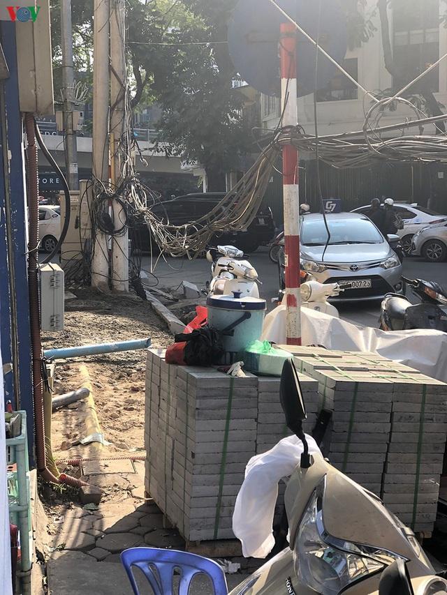 Cuối năm, Hà Nội lại đào đường lát đá vỉa hè, phố phường bụi mù mịt  - Ảnh 3.