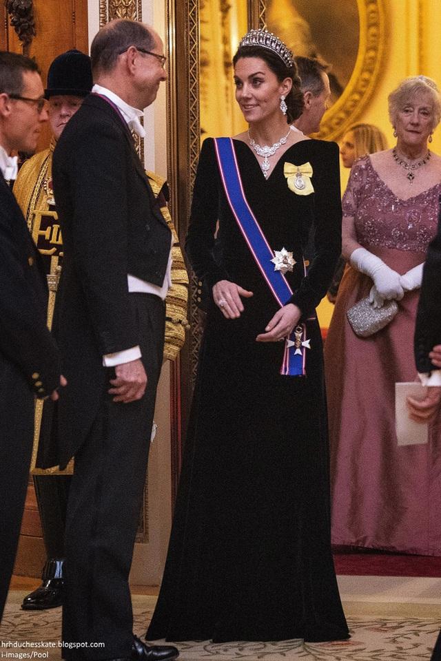 Công nương Kate chiếm hết spotlight trong bữa tiệc ngoại giao, tỏa sáng với vương miện của mẹ chồng quá cố, điều mà Meghan không có được - Ảnh 3.