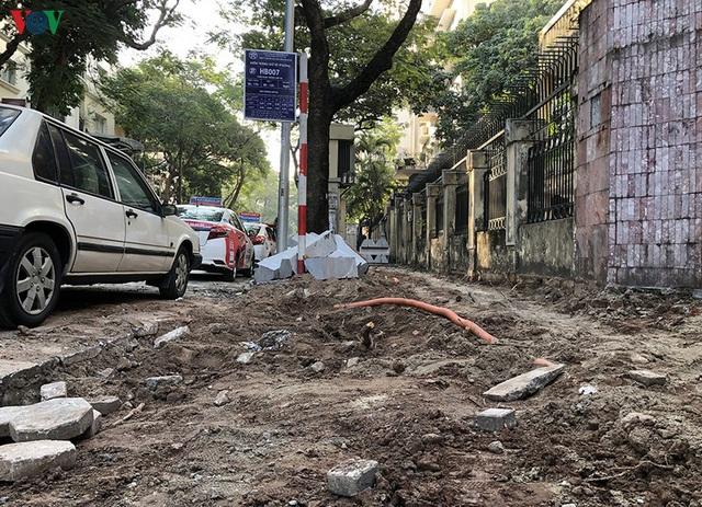 Cuối năm, Hà Nội lại đào đường lát đá vỉa hè, phố phường bụi mù mịt  - Ảnh 4.