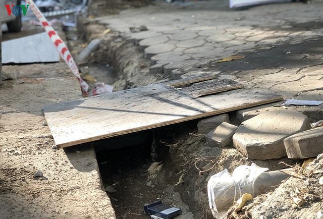 Cuối năm, Hà Nội lại đào đường lát đá vỉa hè, phố phường bụi mù mịt  - Ảnh 5.