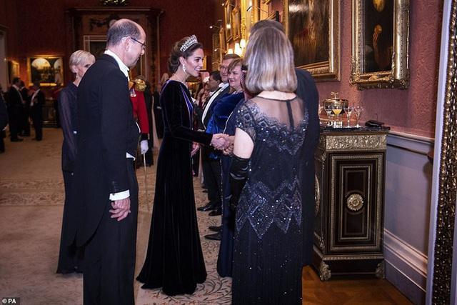 Công nương Kate chiếm hết spotlight trong bữa tiệc ngoại giao, tỏa sáng với vương miện của mẹ chồng quá cố, điều mà Meghan không có được - Ảnh 5.