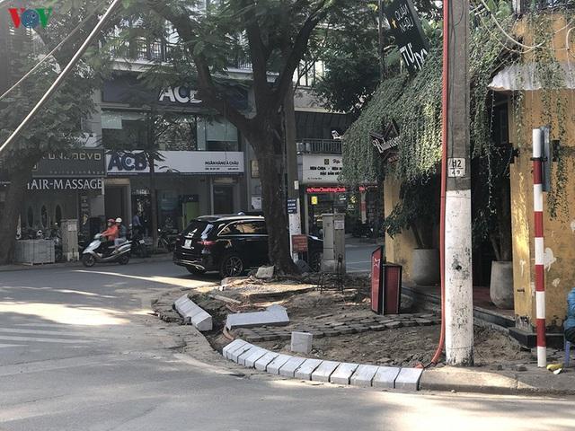 Cuối năm, Hà Nội lại đào đường lát đá vỉa hè, phố phường bụi mù mịt  - Ảnh 6.