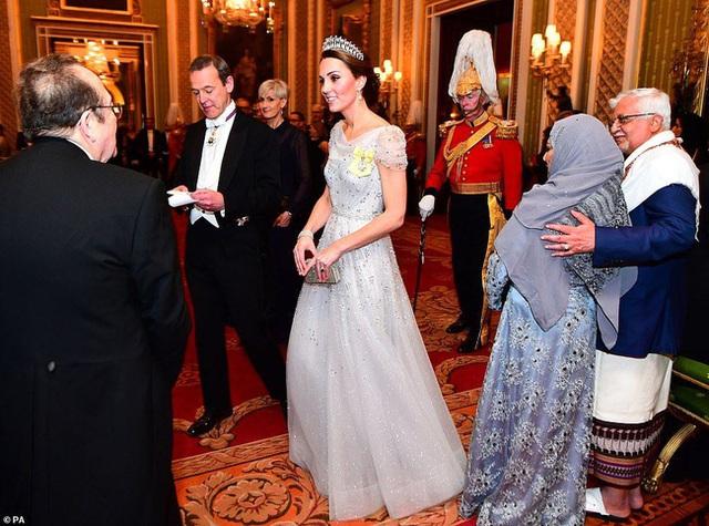 Công nương Kate chiếm hết spotlight trong bữa tiệc ngoại giao, tỏa sáng với vương miện của mẹ chồng quá cố, điều mà Meghan không có được - Ảnh 6.