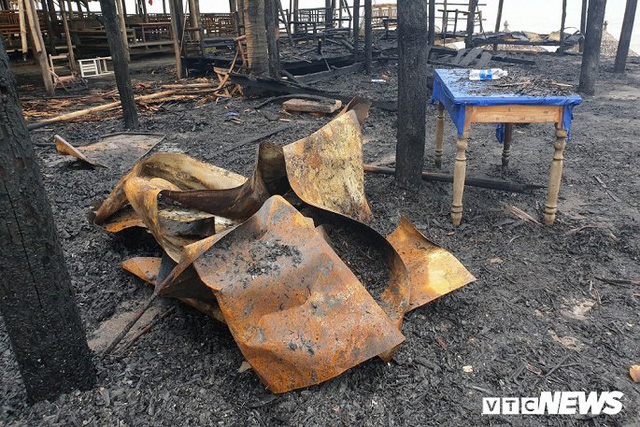 Ảnh: Dãy nhà hàng ven biển Hội An tan hoang sau 3 giờ chìm trong lửa - Ảnh 7.