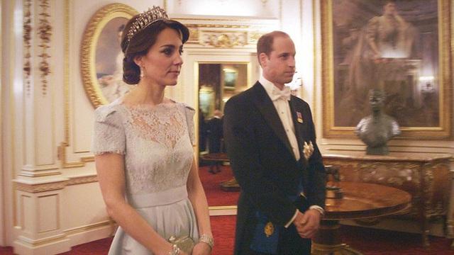 Công nương Kate chiếm hết spotlight trong bữa tiệc ngoại giao, tỏa sáng với vương miện của mẹ chồng quá cố, điều mà Meghan không có được - Ảnh 7.